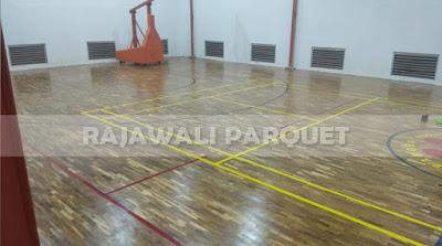 pemasangan lantai kayu di sarana olahraga basket Kharisma bangsa Tangerang