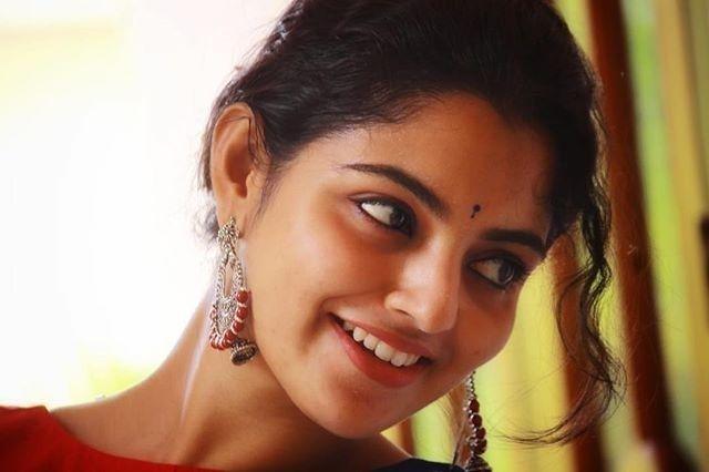 Mallu Actress Nikhila Vimal Latest Photos Stills Navel Queens