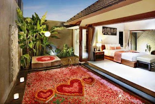 Bali honeymoon package has a variety of services to create the romantic atmosphere you need when honeymoon. From candlelit dinner, a sprinkling of flowers in her private pool, to lunch and breakfast meals in the pool! In this romantic villa, you do not have to worry about hunger while relaxing by the poolside.
