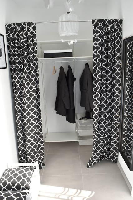 garderoba, zamiast drzwi zasłona