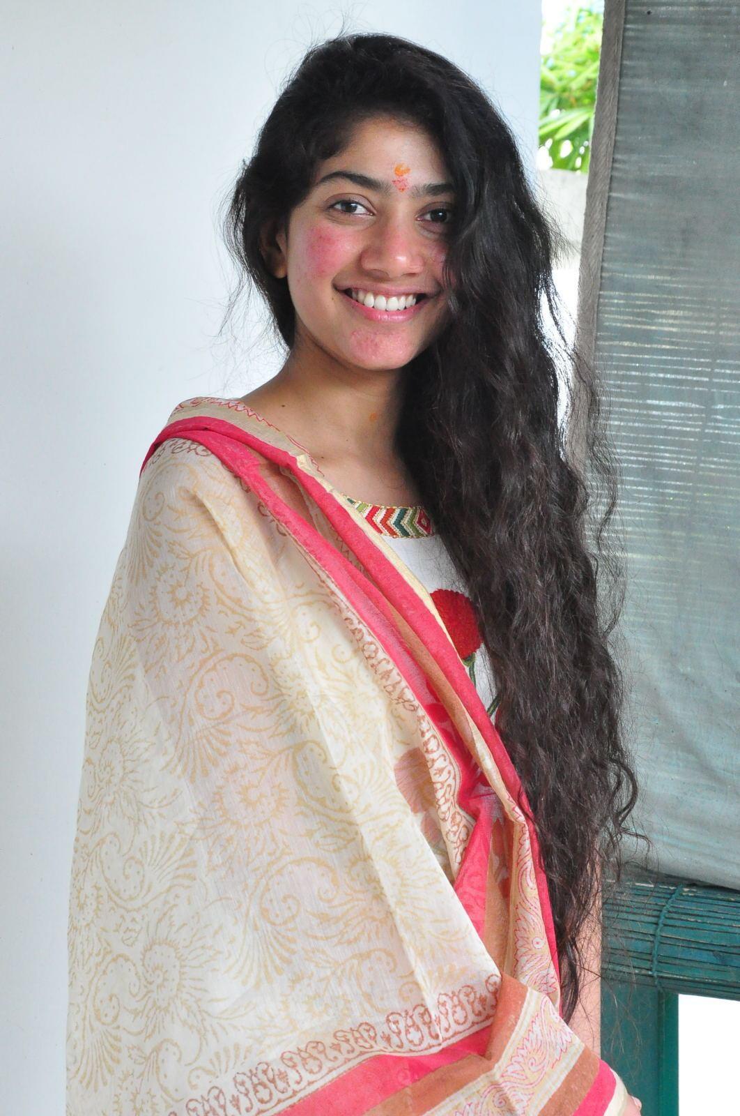 sai pallavi smiling stills at fidaa movie launch in white dress sekhar kammula movie fidaa actress sai pallavi photos premam movie fame sai pallavi hd