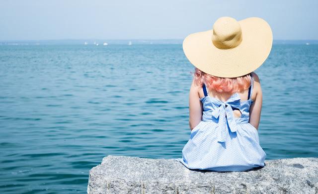Blaues Kleid mit Schleife am See