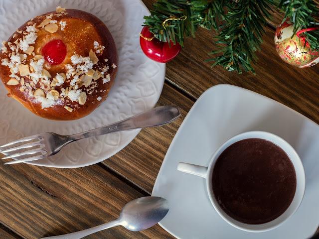 Bollito de roscón de Reyes con chocolate a la taza