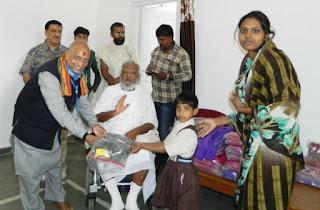 श्री मोहनखेड़ा महातीर्थ में श्री आदिवीर जैन पाठषाला के बच्चों को स्वेटर का वितरण हुआ
