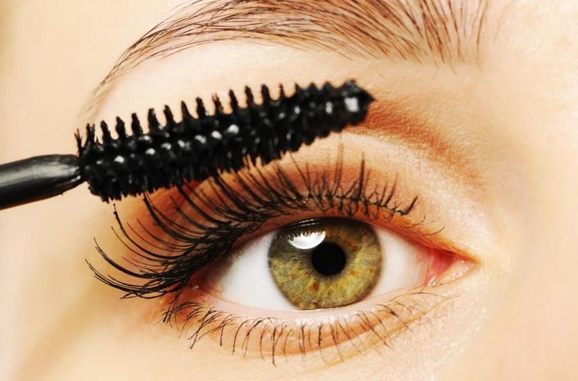 Membuat mata cewek menjadi cantik setelah menggunakan eyebrow