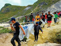 Sayangilah Kebersihan Gunung dengan Memakai Kantong Sampah