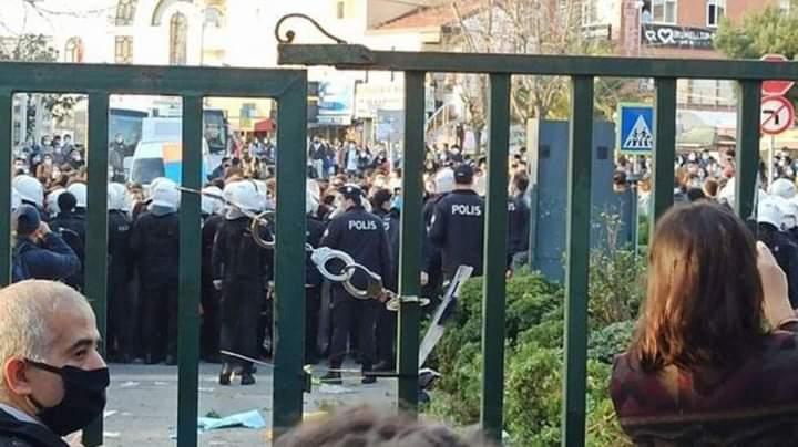 نكبة في تاريخ تركيا غضب بسبب إغلاق أبواب جامعة بالكلبشات