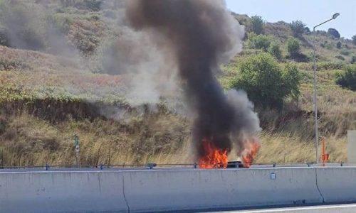 Στις φλόγες παραδόθηκε ένα ΙΧ αυτοκίνητο το οποίο κινούνταν στην Ιόνια Οδό. Το όχημα είχε κατεύθυνση από την Άρτα προς τα Γιάννινα.