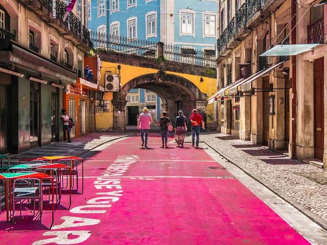 Được biết đến với các tòa nhà lát gạch độc đáo, Lisbon là con phố châu Âu nổi tiếng với những con đường rực rỡ sắc màu, nhiều trong số đó có thể được tìm thấy trong khu phố cổ. Đến đây, bạn chắc chắn không thể bỏ qua Pink Street – một dự án của kiến trúc sư Jose Adrião và hội đồng thành phố nhằm tái sinh những con phố cũ.