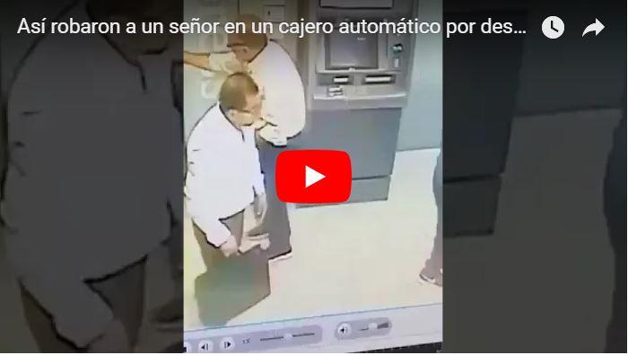 Así robaron a un señor en un cajero automático por descuidado
