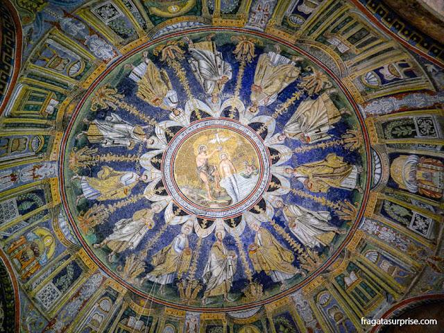 O batismo de Jesus representando em um mosaico bizantino no teto do Batistério Neoniano de Ravena, Itália