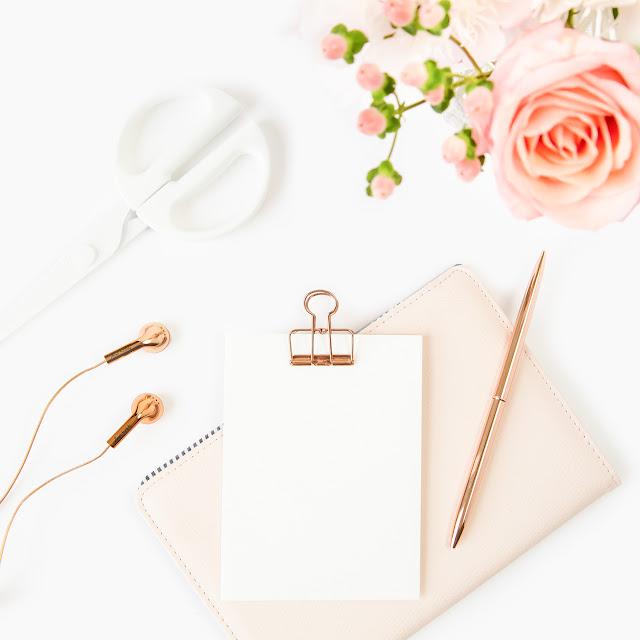 lifestyle avec bloc notes, rose rose pâle, écouteurs dorés...
