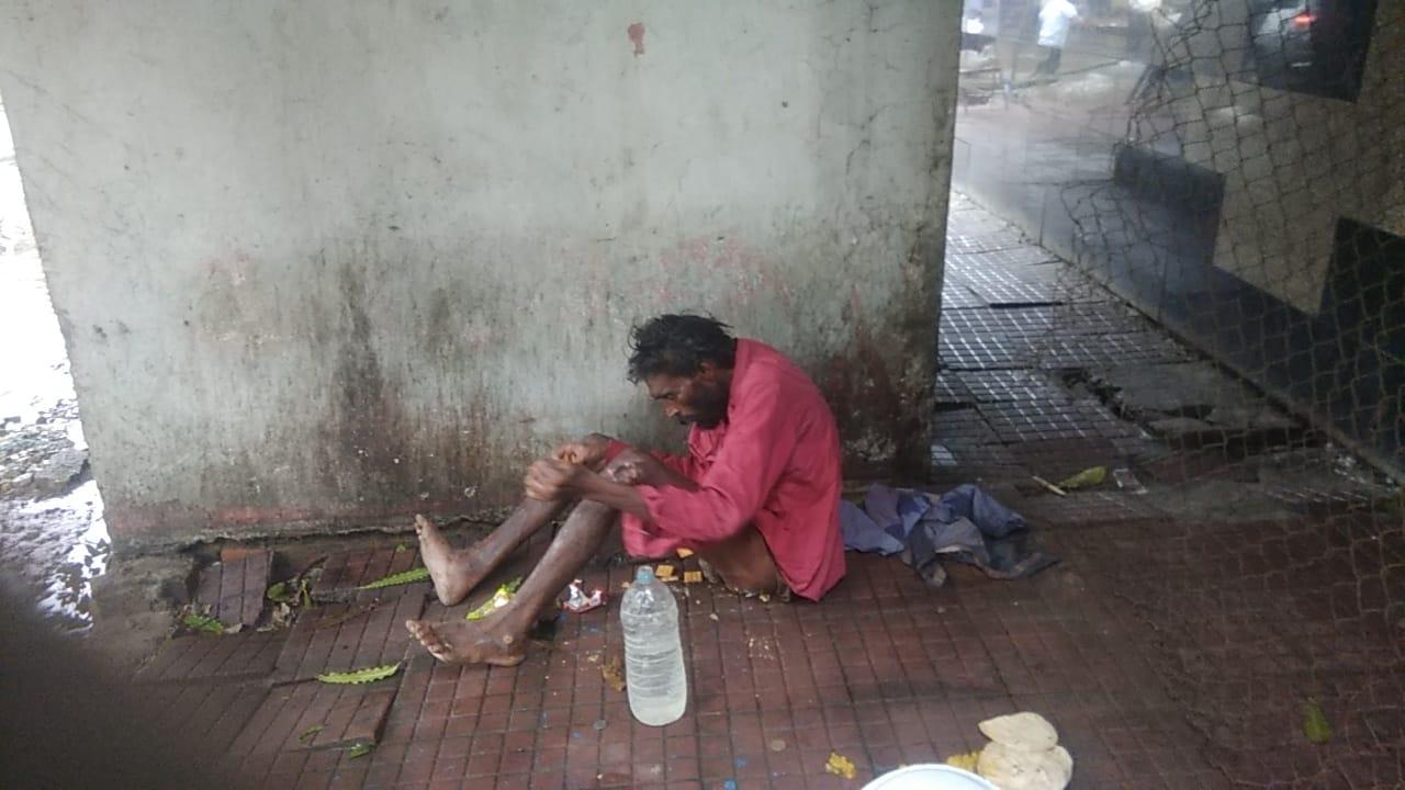 भीषण बारिश से सड़क पर दिन गुजार रहे