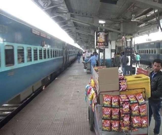 रेलवे स्टेशन पर अगर आप करते हैं मोबाइल का गलत इस्तेमाल, तो जान लें रेलवे का यह कदम