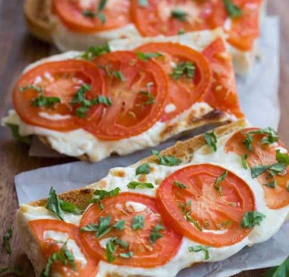 TOMATO BASIL MOZZARELLA TOASTS #vegetarian #appetizer