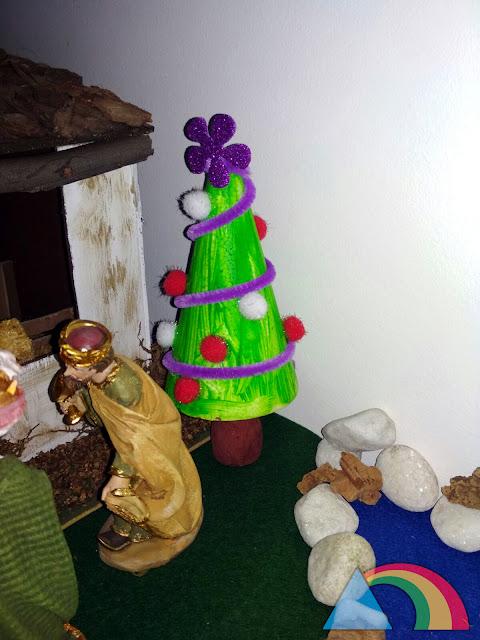 Mini árbol de Navidad de porexpán decorado con pompones y limpiapipas