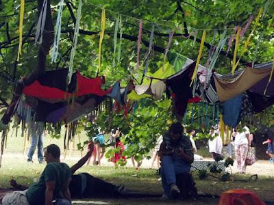 pessoas no jardim do festival do Um Porto de Contos