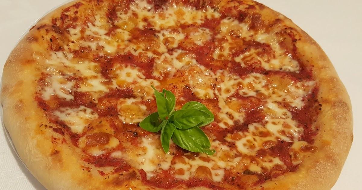 Pizza con salsa di pomodoro e caciotta for Pizza con planetaria