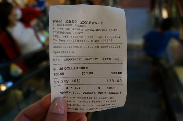 Trocando dólares em Cingapura