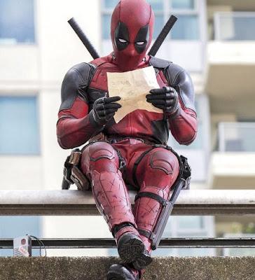 Deadpool leyendo una hoja