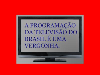 A foto mostra a TV e na tela está escrita a frase: a programação da televisão do Brasil é uma vergonha.