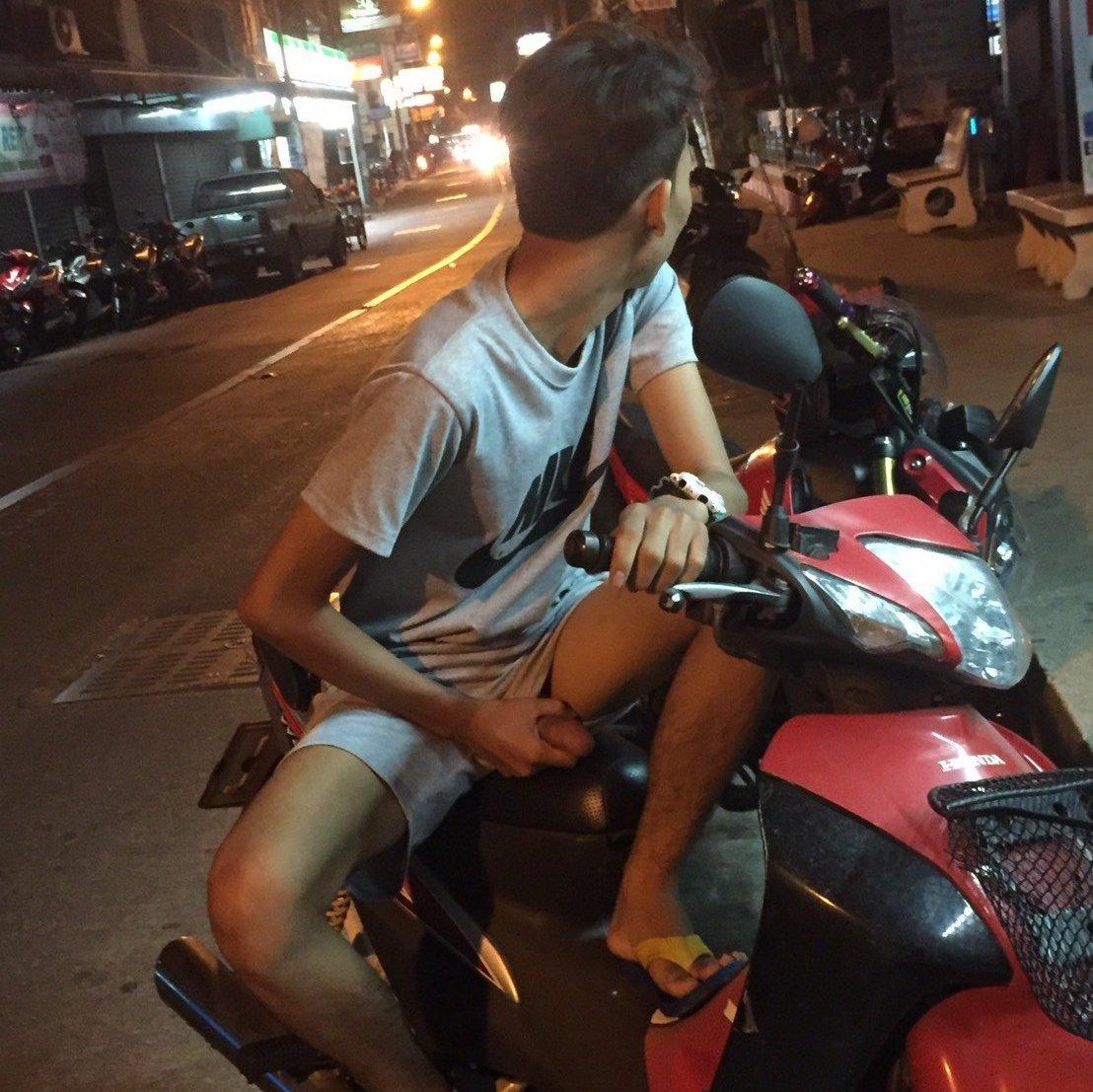 exhibe su verga en la moto