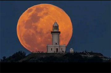 Cape Byron Lighthouse, Australia, with full moon (Source: Luke Taylor)