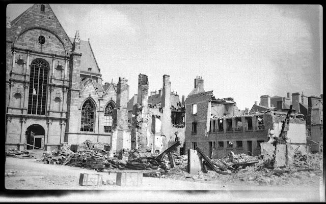 La Place Saint-Germain après les bombardement du 8 Juin 1944... Les immeubles devant l'Église ont disparu...