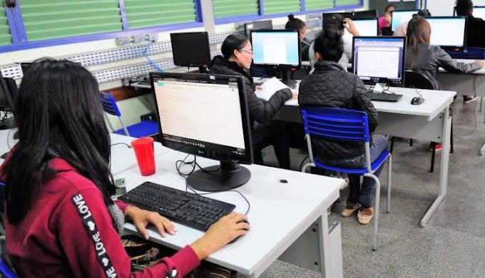 Bolsonaro veta banda larga em todas as escolas públicas até 2024