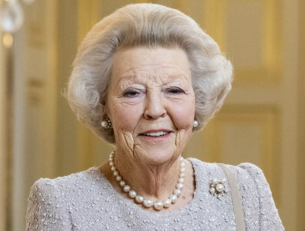 On 28 January, shortly before her 75th birthday, Princess Beatrix announced her intention to abdicate on 30 April 2013
