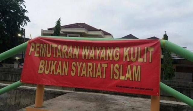 """Spanduk bertuliskan """"Pemutaran Wayang Kulit Bukan Syariat Islam"""""""