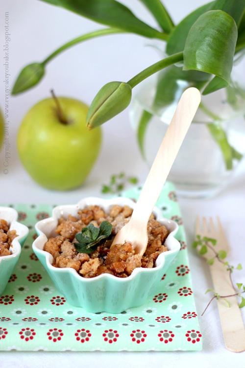 jabłka z miętą zapiekane pod orzechową kruszonką na deser