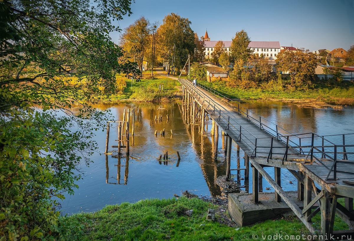 Пешеходный мост через реку Лава