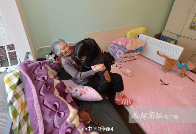Mahasiswi Cantik Ini Kuliah Membawa Neneknya, Kisahnya Sungguh Menyentuh Hati