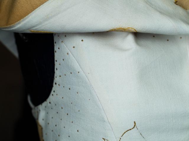 dettaglio dell'abito eco friendly dipinto a mano