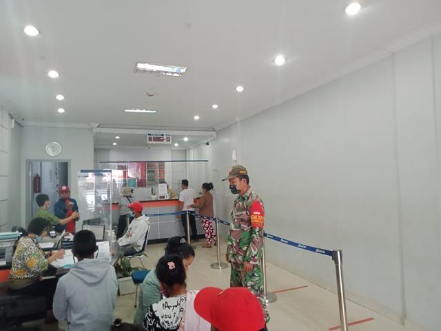 Personel jajaran Kodim 0207/Simalungun Laksanakan Penegakan Disiplin Protokol Kesehatan Di Bank BRI