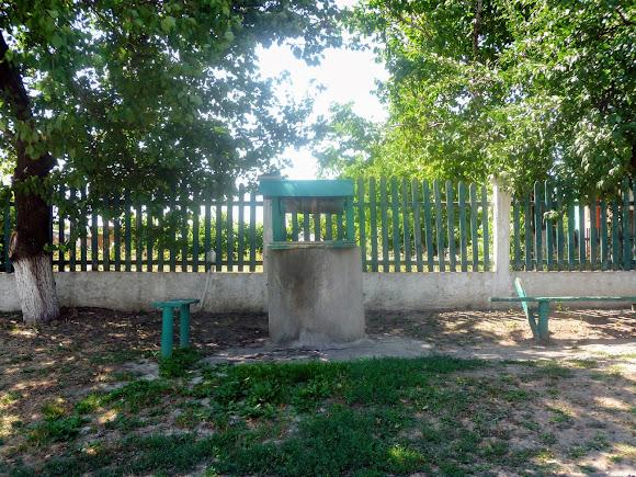 Васильковка. Улица Соборная. Колодец и лавочки