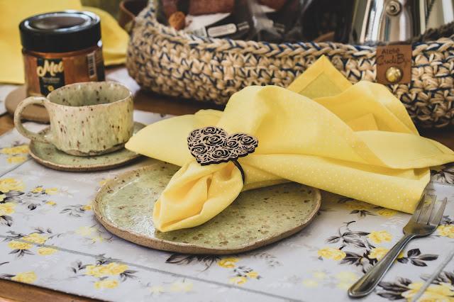 Mesa posta com tema floral e guardanapo amarelo