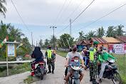 Kopda Hermansyah Babinsa Koramil 11/Pulau Burung Kodim 0314/Inhil Melaksanakan Penegakan Disiplin Dengan Sekat Jalan