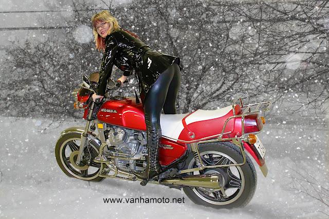 moottoripyörä, pvc-takki, korkosaappaat, tekonahkahousut - motorbike, pvc-coat, hi heels boots, fake leather pants