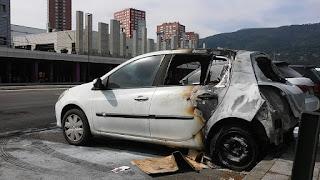 Incendiados de madrugada dos coches aparcados uno junto al otro en Megapark