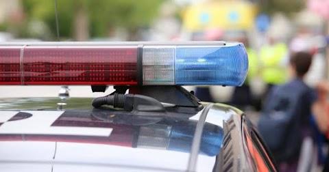 Rendőr irányítja a forgalmat Szolnok-Szandaszőlősön