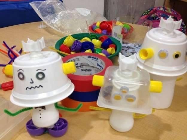 Ide membuat kerajinan dari gelas yogurt untuk anak-anak berbentuk boneka/robot