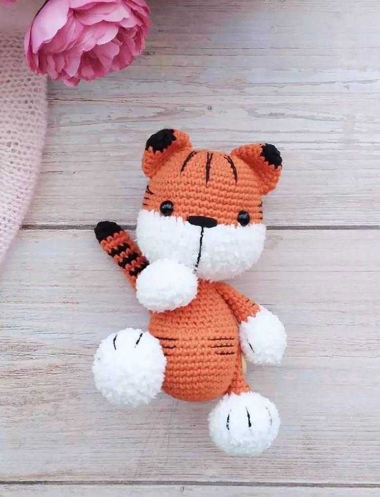 Вязаный малыш тигренок крючком