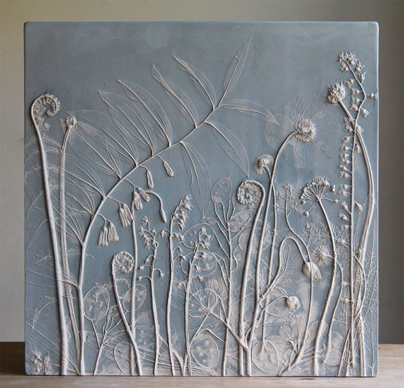 Fósiles de la vida cotidiana: Baldosas de molde de yeso de plantas por Rachel Dein