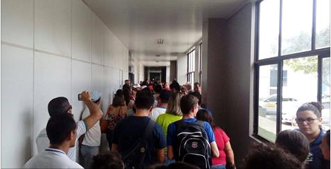 Em Arapiraca, servidores públicos ocupam prefeitura exigindo pagamentos de salário e décimo