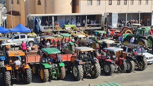 Missa drive-in para benzer tratores reúne dezenas de agricultores em estacionamento de igreja em Colombo