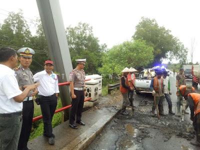 Satlantas Polres Lampung Timur Tambal Jalan Berlubang