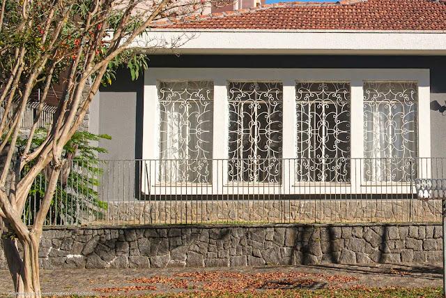 Detalhe de grade em janela em uma casa na Rua Gabriela Mistral
