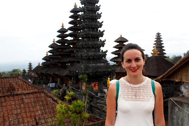 Lena delante de unos merus en Pura Besakih (Bali)